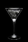 Vidrio de Martini sobre negro con humo en tazón de fuente Imágenes de archivo libres de regalías