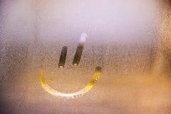 Vidrio de niebla en ventana con concepto feliz sonriente exhausto foto de archivo
