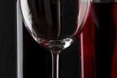 Vidrio de refracciones del vino rojo Foto de archivo