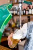 Vidrio de relleno con la cerveza del grifo fotos de archivo