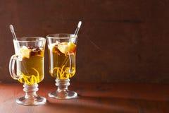 Vidrio de sidra de manzana reflexionada sobre con la naranja y las especias, bebida del invierno Foto de archivo libre de regalías