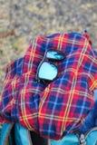 Vidrio de Sun sobre la camisa y un bolso foto de archivo libre de regalías