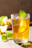 Vidrio de té de hielo con el limón y el toronjil Imagen de archivo