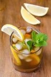 Vidrio de té de hielo con el limón y la menta Imagen de archivo libre de regalías