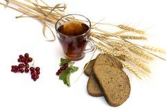 Vidrio de té, de trigo sobre campos y de pan Imagen de archivo libre de regalías