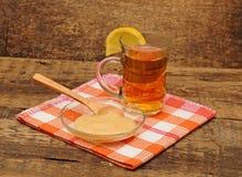 Vidrio de té del jengibre con la miel y el limón Foto de archivo libre de regalías