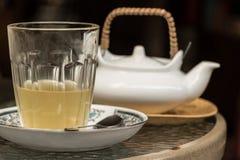 Vidrio de té en bebida de la salud del té por la mañana Fotos de archivo