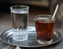 Vidrio de té y de agua Foto de archivo libre de regalías