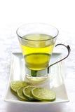 Vidrio de té verde con la cal Imagen de archivo