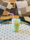 Vidrio de té verde helado en la tabla Foto de archivo
