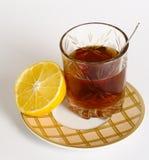 Vidrio de té y mitad de un limón Imagen de archivo libre de regalías