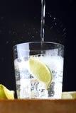 Vidrio de tónico de la ginebra con la cal y caer tónica Fotografía de archivo