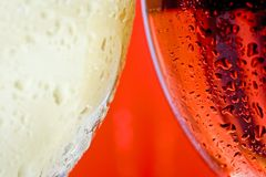 Vidrio de vino ascendente cercano de la macro y blanco y vino rosado rojo o imagenes de archivo