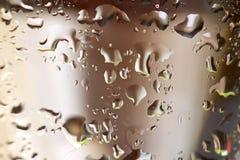 Vidrio de vino ascendente cercano de la macro y vino blanco Imagen de archivo libre de regalías