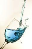 Vidrio de vino azul Foto de archivo libre de regalías