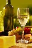 Vidrio de vino blanco al aire libre Foto de archivo libre de regalías