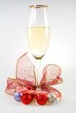 Vidrio de vino blanco con las bolas, el bastón de caramelo y la costilla Imagenes de archivo