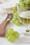 Vidrio de vino blanco, de las uvas verdes y de queso francés suave Coulomm Imagen de archivo libre de regalías