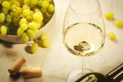 Vidrio de vino blanco en la tabla de madera del vintage Imagen de archivo libre de regalías