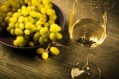 Vidrio de vino blanco en la tabla de madera del vintage Fotografía de archivo libre de regalías