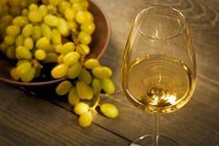 Vidrio de vino blanco en la tabla de madera del vintage Imágenes de archivo libres de regalías