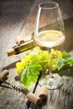 Vidrio de vino blanco en la tabla de madera del vintage Fotos de archivo libres de regalías