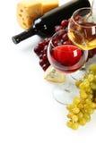 Vidrio de vino blanco rojo y, de quesos y de uvas aislados en un blanco Fotografía de archivo