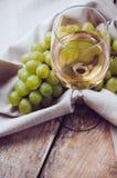 Vidrio de vino blanco y de las uvas fotografía de archivo libre de regalías