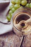 Vidrio de vino blanco y de las uvas imagen de archivo libre de regalías