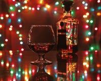 Vidrio de vino chispeante del shampagne del coñac o del brandy en fondo del oro Imagenes de archivo