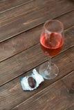 Vidrio de vino con el caramelo Imagen de archivo libre de regalías