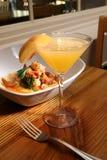 Vidrio de vino con el plato del camarón Foto de archivo libre de regalías