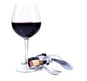 Vidrio de vino con el vino rojo y el bottlescrew Fotos de archivo libres de regalías