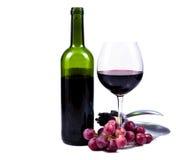 Vidrio de vino con el vino rojo y la botella de vino Imagen de archivo