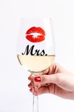 Vidrio de vino con la mano de los womanen un fondo blanco Vidrios para la mujer y el hombre Vino blanco Forma de vida feliz rom Foto de archivo libre de regalías