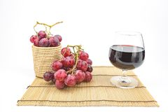 Vidrio de vino con la uva Imágenes de archivo libres de regalías