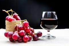 Vidrio de vino con la uva Imagen de archivo libre de regalías