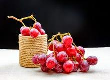 Vidrio de vino con la uva Fotos de archivo libres de regalías