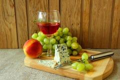 Vidrio de vino, de queso y de fruta Fotografía de archivo libre de regalías