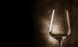 Vidrio de vino delante del fondo rural Imagen de archivo