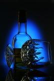 Vidrio de vino en background_2 azul foto de archivo