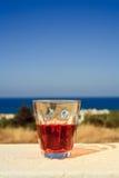 Vidrio de vino en la isla Crete, Grecia imagen de archivo