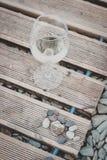 Vidrio de vino en la playa foto de archivo libre de regalías
