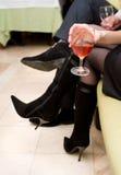 Vidrio de vino en mano femenina Foto de archivo