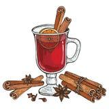 Vidrio de vino Mulled y de las especias canela, clavos, badyan, anaranjados imagen de archivo