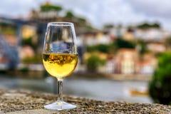 Vidrio de vino de Oporto con el paisaje urbano borroso de Oporto Portugal en el fondo Fotografía de archivo libre de regalías