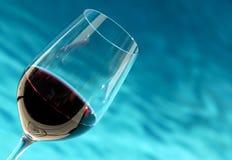 Vidrio de vino por la piscina Imagen de archivo libre de regalías