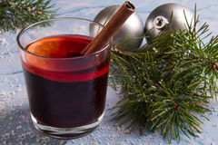 Vidrio de vino reflexionado sobre imágenes de archivo libres de regalías