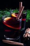 Vidrio de vino reflexionado sobre imagenes de archivo