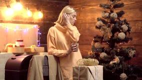 Vidrio de vino reflexionado sobre con la decoración de la Navidad en el atmosfere casero romántico Concepto de los días de fiesta metrajes
